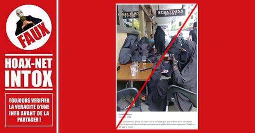 NON, cette photo ne montre pas un groupe de femmes en burqas.