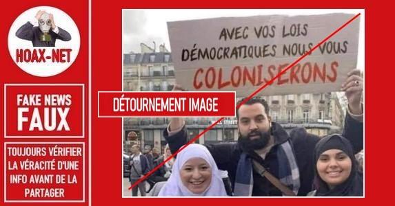 Non, l'humoriste Yassine Belattar n'a pas brandi ce panneau avec ces inscriptions